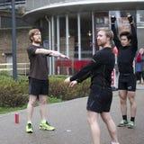 Άτομα sports uniforms do exercise στην οδό Στοκ φωτογραφία με δικαίωμα ελεύθερης χρήσης