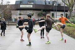 Άτομα sports uniforms do exercise στην οδό Στοκ Εικόνες