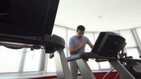 Άτομο άνω των 30 χρονών, προβλήματα καρδιών, δριμύς πόνος στη γυμναστική απόθεμα βίντεο