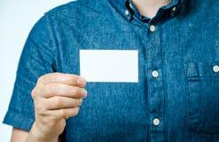 Άτομο άσπρη κενή επαγγελματική κάρτα που απομονώνεται που παρουσιάζει Εστίαση στην κάρτα Στοκ Εικόνα