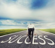 Άτομο έτοιμο να τρέξει σε έναν τρόπο επιτυχίας Έννοια του επιτυχούς ξεκινήματος επιχειρηματιών και επιχείρησης στοκ εικόνες