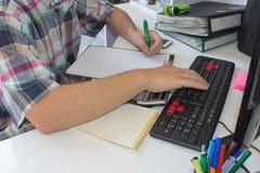 Άτομο ή επιχειρηματίας που εργάζεται στο άσπρο γραφείο Επιχειρηματίας, οικονομικός επιθεωρητής, εργασιακός χώρος λογιστών Στοκ φωτογραφία με δικαίωμα ελεύθερης χρήσης