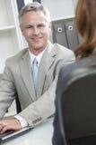 Άτομο ή επιχειρηματίας στο φορητό προσωπικό υπολογιστή στην αρχή Στοκ Εικόνες