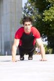 Άτομο αθλητών που κάνει pushups στοκ φωτογραφία με δικαίωμα ελεύθερης χρήσης