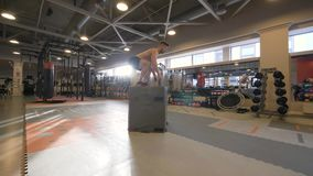 Άτομο αθλητών που πηδά στην πλατφόρμα στην κατάρτιση crossfit στη λέσχη ικανότητας σε αργή κίνηση απόθεμα βίντεο
