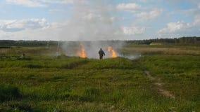 Άτομο ακροβατικής επίδειξης στην πυρκαγιά κατά τη διάρκεια της έκρηξης απόθεμα βίντεο