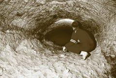 Άτομο ανθρακωρύχων υπόγεια σε μια σήραγγα ορυχείων Εργαζόμενος στις φόρμες, κράνος ασφάλειας Στοκ φωτογραφίες με δικαίωμα ελεύθερης χρήσης