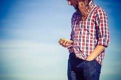 Άτομο από την παραλία που λαμβάνει μια κλήση στο τηλέφωνό του Στοκ εικόνα με δικαίωμα ελεύθερης χρήσης
