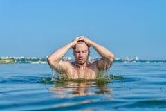 Άτομο από το νερό με ένα υγρό κεφάλι Στοκ Εικόνες