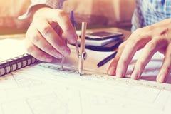 Άτομο αρχιτεκτόνων που εργάζεται με την πυξίδα σχεδίων σε χαρτί ο σχεδιαγραμμάτων Στοκ φωτογραφία με δικαίωμα ελεύθερης χρήσης