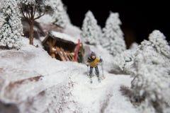 Άτομο ατόμων διακοσμήσεων παιχνιδιών διακοσμήσεων Χριστουγέννων που κάνει σκι στο άσπρο χιόνι το χειμώνα στους πόλους σκι βουνών  Στοκ εικόνα με δικαίωμα ελεύθερης χρήσης