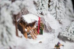 Άτομο ατόμων διακοσμήσεων παιχνιδιών διακοσμήσεων Χριστουγέννων που κάνει σκι στο άσπρο χιόνι το χειμώνα στους πόλους σκι βουνών  Στοκ Φωτογραφίες