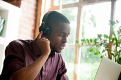 Άτομο αφροαμερικάνων που απολαμβάνει τη μουσική στα ακουστικά με τα clos ματιών στοκ φωτογραφίες με δικαίωμα ελεύθερης χρήσης