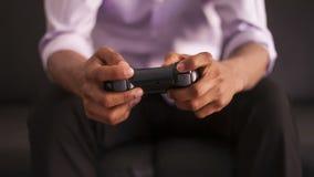 Άτομο αφροαμερικάνων που παίζει τα τηλεοπτικά παιχνίδια απόθεμα βίντεο