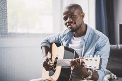 Άτομο αφροαμερικάνων που παίζει την ακουστική κιθάρα στοκ φωτογραφία με δικαίωμα ελεύθερης χρήσης