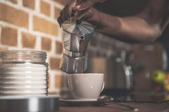 Άτομο αφροαμερικάνων που προετοιμάζει τον καφέ Στοκ εικόνες με δικαίωμα ελεύθερης χρήσης