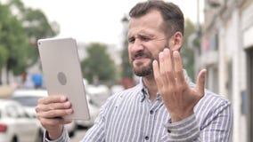 Άτομο γενειάδων που αντιδρά στην απώλεια στην ταμπλέτα απόθεμα βίντεο
