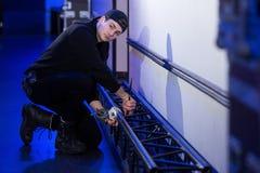 Άτομο γενικών καθηκόντων που τοποθετεί έναν σφιγκτήρα σε ένα ζευκτόν Στοκ φωτογραφίες με δικαίωμα ελεύθερης χρήσης