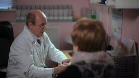 Άτομο γιατρών νοσοκομειακών γιατρών που εξηγεί στον ασθενή απόθεμα βίντεο