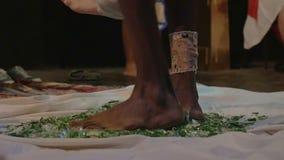 Άτομο γιόγκη που περπατεί στο σπασμένο γυαλί απόθεμα βίντεο