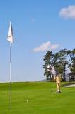 Άτομο γκολφ που βάζει σε πράσινο στοκ εικόνες