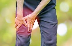 Άτομο γραφείων επιχειρηματιών με τον πόνο μόσχων ποδιών στοκ εικόνες