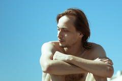 Άτομο γυμνοστήθων πέρα από το σαφή μπλε ουρανό στοκ εικόνες