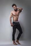 Άτομο γυμνοστήθων που θέτει σοβαρά στοκ εικόνα με δικαίωμα ελεύθερης χρήσης