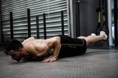 Άτομο γυμνοστήθων που κάνει την ώθηση επάνω με το σχοινί Στοκ εικόνες με δικαίωμα ελεύθερης χρήσης
