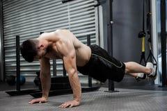 Άτομο γυμνοστήθων που κάνει την ώθηση επάνω με το σχοινί Στοκ Φωτογραφία