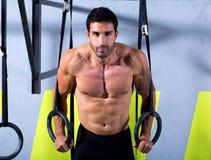 Άτομο δαχτυλιδιών εμβύθισης Crossfit workout στη γυμναστική στοκ φωτογραφίες με δικαίωμα ελεύθερης χρήσης