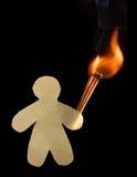 Άτομο εγγράφου με τρεις καίγοντας ξύλινες αντιστοιχίες στοκ φωτογραφίες