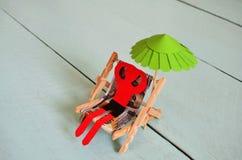 Άτομο εγγράφου σε μια καρέκλα ήλιων Στοκ Εικόνα