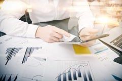 Άτομο εικόνων σχετικά με τη σύγχρονη οθόνη ταμπλετών Διευθυντής εμπόρων που απασχολείται στο νέο ιδιαίτερο γραφείο τραπεζικού προ Στοκ Εικόνες