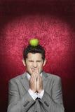 Άτομο δειλό με τη Apple στο κεφάλι του Στοκ Φωτογραφία