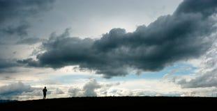 Άτομο ενάντια στα στοιχεία Το άτομο στο υπόβαθρο ουρανού Ισχύς της φύσης Εντυπωσιακοί ουρανοί Στοκ φωτογραφία με δικαίωμα ελεύθερης χρήσης