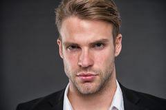 άτομο Επιχειρηματίας με το σοβαρό πρόσωπο το επιχειρησιακό άτομο πρέπει βέβαιος να κοιτάξει επιχειρησιακό πορτρέτο του ατόμου Εμπ Στοκ φωτογραφίες με δικαίωμα ελεύθερης χρήσης