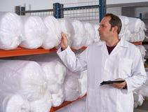 Άτομο εποπτών αποθηκών εμπορευμάτων στο εργοστάσιο μόδας στοκ εικόνα με δικαίωμα ελεύθερης χρήσης