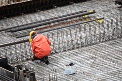 Εργαζόμενος στο κτήριο οικοδόμησης Στοκ Εικόνες