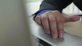 Άτομο εργασίας πληκτρολογίων σημειωματάριων απόθεμα βίντεο