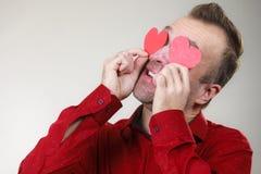 Άτομο ερωτευμένο με τις καρδιές στα μάτια στοκ εικόνες