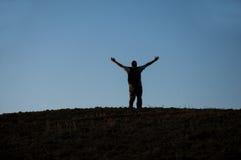 Άτομο ευτυχίας στο ηλιοβασίλεμα Στοκ Φωτογραφία