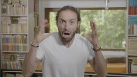 Άτομο εφήβων που κραυγάζει από τον κλονισμό που φαίνεται ζαλισμένο με τα μάτια και το στόμα που ανοίγουν ευρέως - απόθεμα βίντεο
