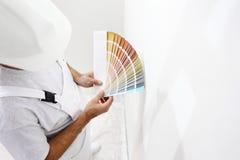 άτομο ζωγράφων με swatches χρώματος στο χέρι σας στοκ φωτογραφίες