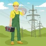 Άτομο ηλεκτρολόγων που στέκεται κοντά στα ηλεκτροφόρα καλώδια υψηλής τάσης το καλοκαίρι απεικόνιση αποθεμάτων