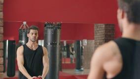 Άτομο ικανότητας που εκπαιδεύει την κοντόχοντρη άσκηση με τη σφαίρα στη γυμναστική ικανότητας απόθεμα βίντεο