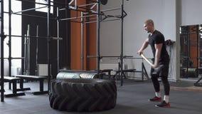 Άτομο ικανότητας που κάνει την άσκηση ταλάντευσης βαρειών στη γυμναστική φιλμ μικρού μήκους
