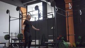 Άτομο ικανότητας που κάνει τη διπλή άσκηση σχοινιών αλμάτων στη γυμναστική φιλμ μικρού μήκους