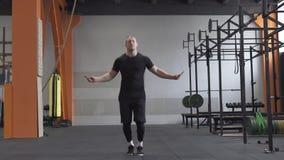 Άτομο ικανότητας που κάνει τη διπλή άσκηση σχοινιών αλμάτων στη γυμναστική απόθεμα βίντεο