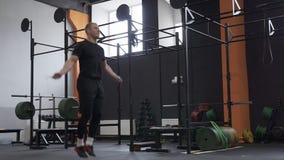 Άτομο ικανότητας που κάνει τη διπλή άσκηση σχοινιών αλμάτων στη γυμναστική, που φιλτράρει τον πυροβολισμό απόθεμα βίντεο